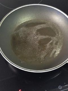 Calentar sartén con mantequilla
