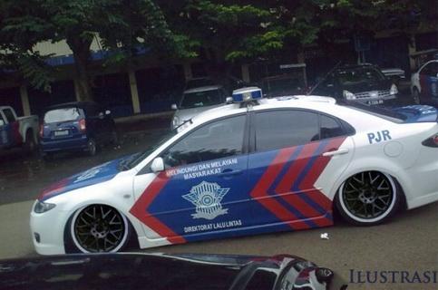 Koplak! Mobil Polisi Ini Goyang Goyang Sendiri, Ternyata Didalamnya Ada Wanita Sedang..