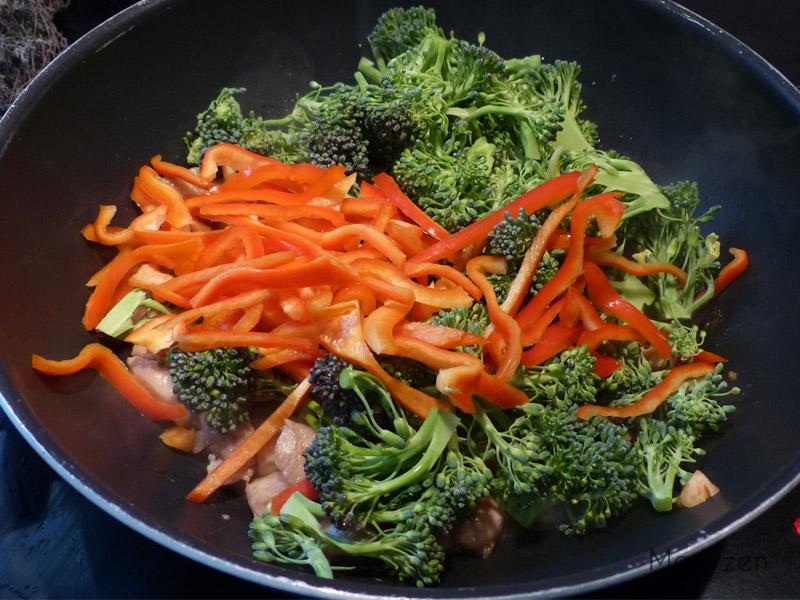 Ajoutez brocoli et poivron.