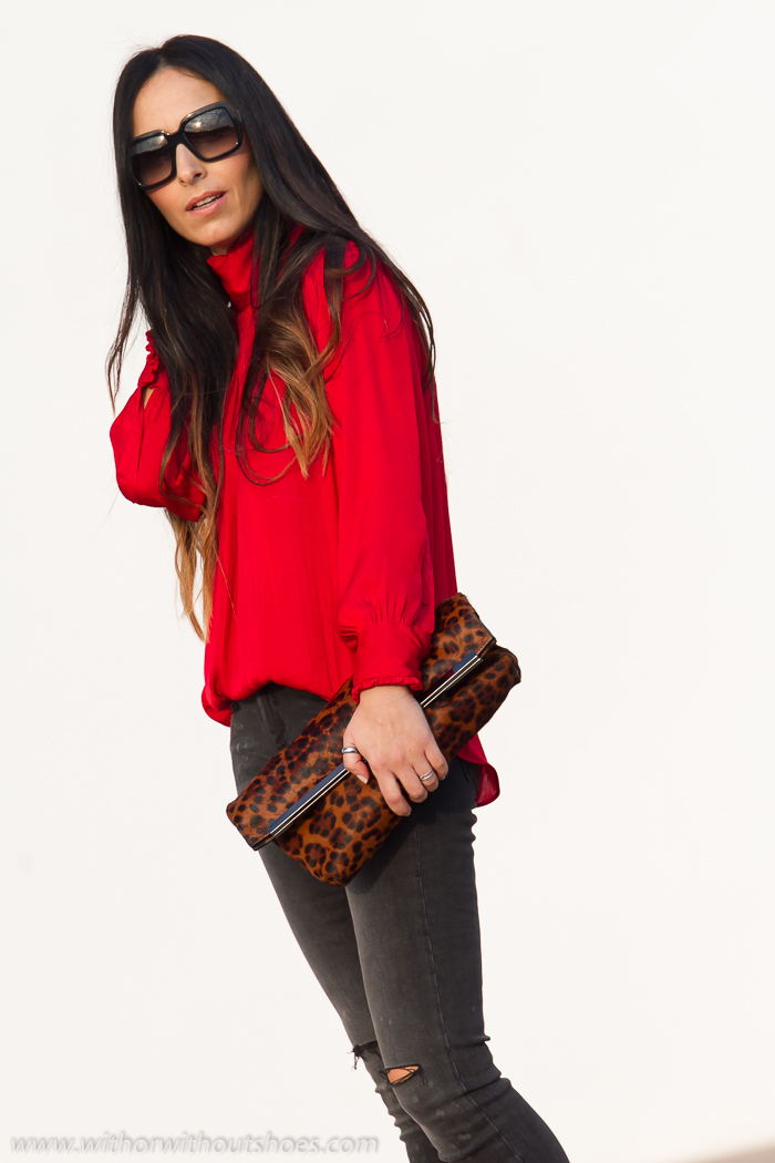 Blusa Romu00e1ntica Roja Jeans Rotos Y Zapatos Con Tachuelas De Rebeca Sanver | With Or Without ...