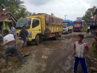 Melebihi Tonase, Angkutan PT EPI Hancurkan Jalan