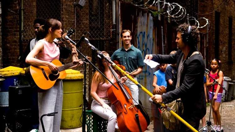 Mark Ruffalo's Dan orchestrates the outdoor recording in a New York City alley.