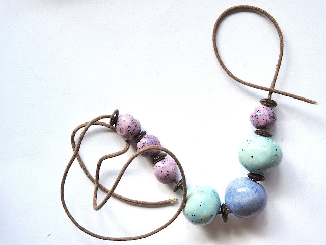 gree tutorial for a necklace with ceramic and wooden beads and slip knots