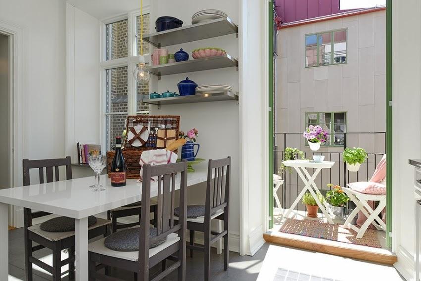 Cudowna biało-szara kuchnia z uroczym balkonem, wystrój wnętrz, wnętrza, urządzanie domu, dekoracje wnętrz, aranżacja wnętrz, inspiracje wnętrz,interior design , dom i wnętrze, aranżacja mieszkania, modne wnętrza, klasyczna kuchnia, biała kuchnia, projekt kuchni