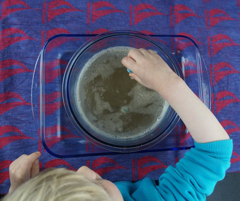 k stenkidsunterwegs spiele idee f r den kindergeburtstag die murmel schatzsuche im matschbad. Black Bedroom Furniture Sets. Home Design Ideas