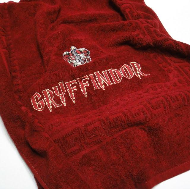 Подарок фанату Гарри Поттера - махровое полотенце с эмблемой Гриффиндор. 100% хлопок, цвет бордовый. Размер 130х70 см.