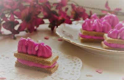 Waferini Babbi  alla vaniglia con crema di mascarpone e panna alla pitaya rossa