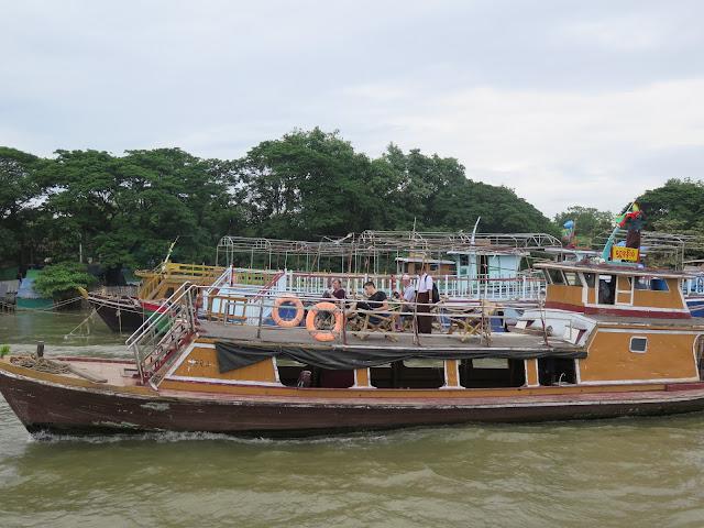 Barcos turísticos de la ruta Mandalay - Mingun