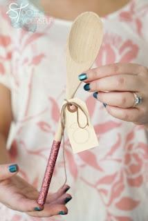 convite para chá de cozinha feito na colher de pau