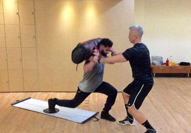 Cleverson Fontinatte realiza recuo no slide, exercício que trabalha pernas e glúteo. Foto: Divulgação