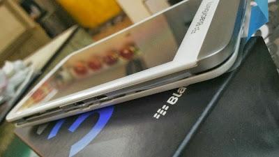 BlackBerry pronto lanzará un BlackBerry Z30 de color Blanco en mercados seleccionados de todo el mundo. El BlackBerry Z30 Blanco, vendrá con una tapa de la batería en blanco mate. A diferencia de la variante negro regular que cuenta con una tapa de la batería de la armadura de vidrio. Fuente: N4BB