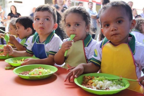 """""""Onde é que o socialismo funcionou?"""" é a pergunta mais frequente dita pela direita nas redes sociais, como se o capitalismo tivesse """"funcionado"""" em alguma parte do planeta. Um relatório do Unicef (Fundo das Nações Unidas para a Infância) mostra que uma em cada cinco crianças em 41 países ricos vive na pobreza. Uma em cada oito crianças passa fome nestes países. Se isso é """"funcionar"""", imaginem se não funcionasse. O relatório aborda a situação de meninos, meninas e jovens em 41 nações de alta renda e o cumprimento dos principais Objetivos de Desenvolvimento Sustentável da ONU (ODS) associados ao bem-estar infanto-juvenil. A Dinamarca tem os melhores resultados em relação à pobreza relativa, mas mesmo ali 9,2% das crianças vivem na miséria. Taxa similar têm a Islândia e a Noruega, e o número sobe para 30% em Israel e na Romênia, que possuem os piores resultados em termos de pobreza relativa entre os países ricos."""