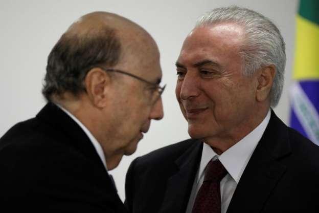 Pré-candidato do MDB à Presidência, Henrique Meirelles, ao lado do presidente Michel Temer durante cerimônia em Brasília