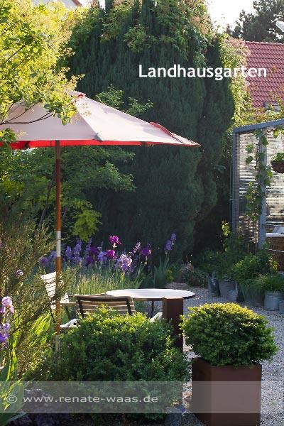 Bauerngarten, Landhausgarten oder Cottage garden mit Blumenbeeten
