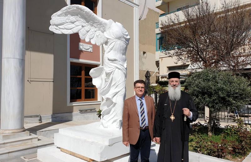 Ο Μητροπολίτης Αλεξανδρουπόλεως επισκέφθηκε το αντίγραφο της Νίκης της Σαμοθράκης στο Νομαρχείο