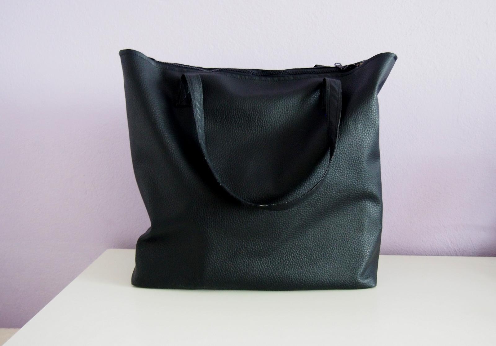 f7e061b7f Veľkú čiernu kabelku ste videli v nedávnom článku. Mám ju veľmi rada, nosím  ju skoro stále a zmestí sa do nej naozaj veľa. Len sa snažím krotiť aby mi  ...