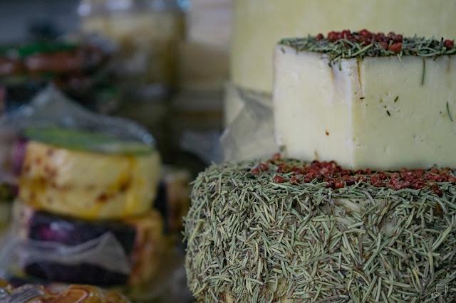 queijo minas temperado com mel e alecrim desenvolvido pela engenheira alimentícia Ana Gabriela da loja laticínios tupigua