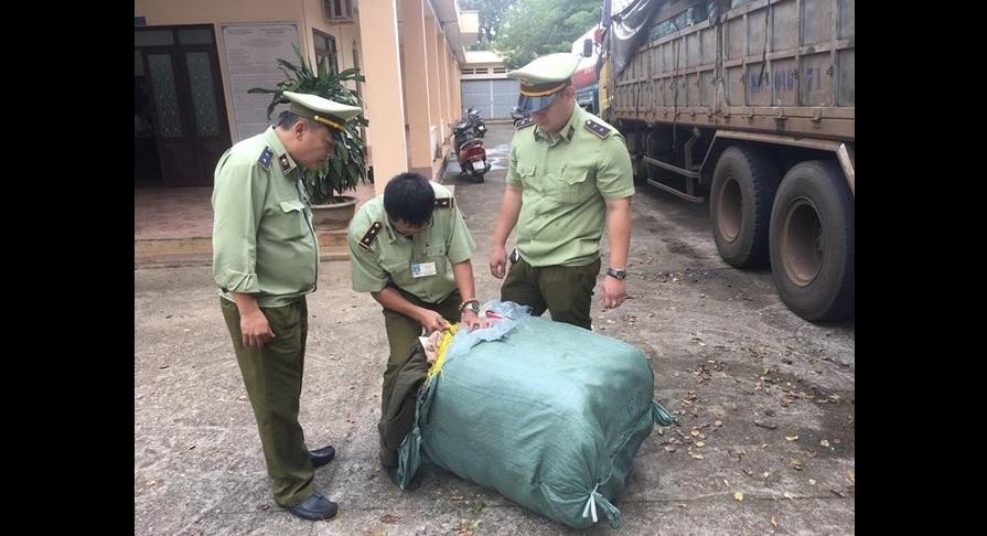 """14 tấn quần áo """"hàng si"""" bị bắt trước khi về tới Gia Lai"""