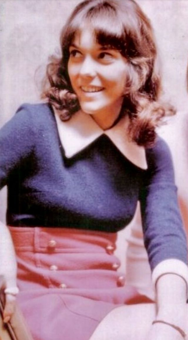 30 Vintage Photos of a Lovely Karen Carpenter From Between the Late     Karen suffered from an eating disorder  a disease people were not much  aware about during that time  She eventually died of heart failure brought  about by