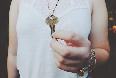 """Colgante con forma de llave y texto """"sin miedo"""""""