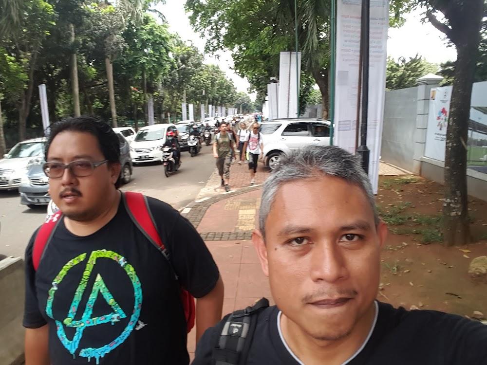 Berjalan kaki dari gerbang tol