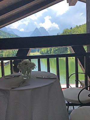 Kaffee und Kuchen in der Suite im Seehaus, Hochzeit zu Dritt, kleine Familienhochzeit, Riessersee Hotel Garmisch-Partenkirchen, Bayern, freie Trauung
