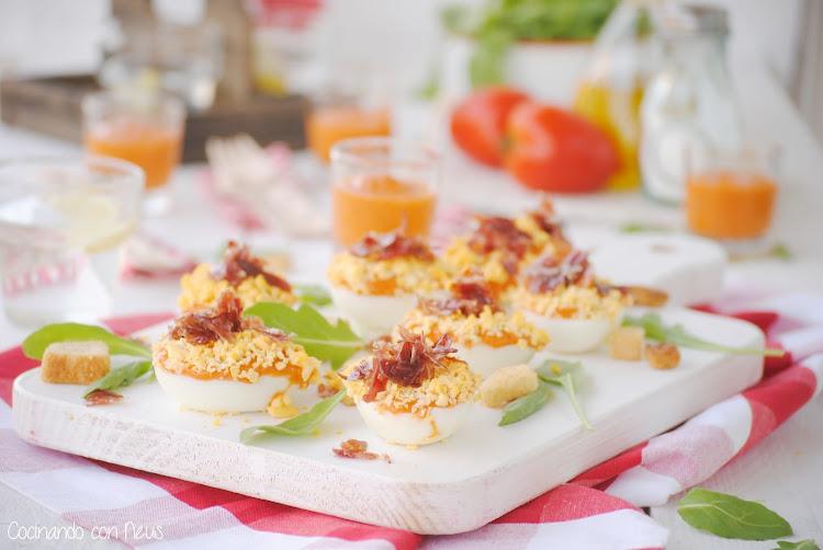 Huevos rellenos de mousse de salmorejo con pimientos del piquillo