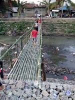 Top, Warga Paruga dan Dara Gotong Royong Bangun Kembali Jembatan Gantung