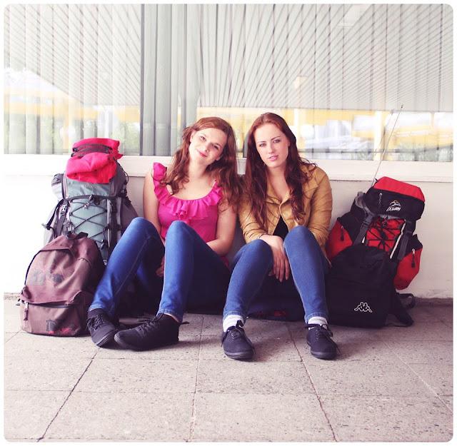 podróż dziewczyny bagaż