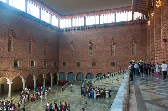Sala Azul y escalera. El ayuntamiento de Estocolmo a orillas del lago Malaren