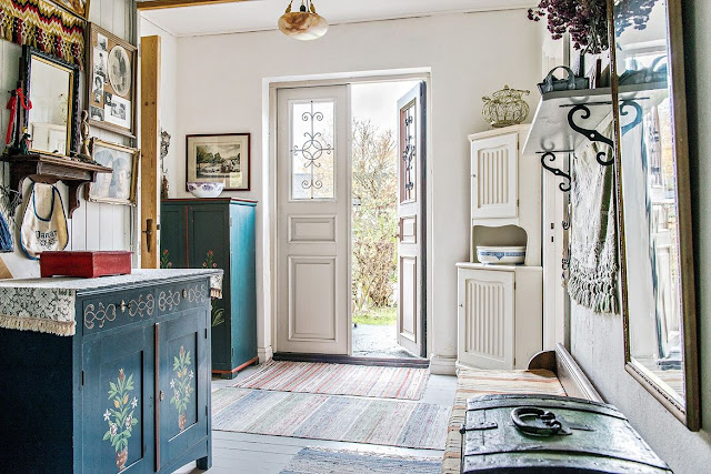 Mobilier rustic, pictat și accente vintage în amenajarea unei case din Suedia