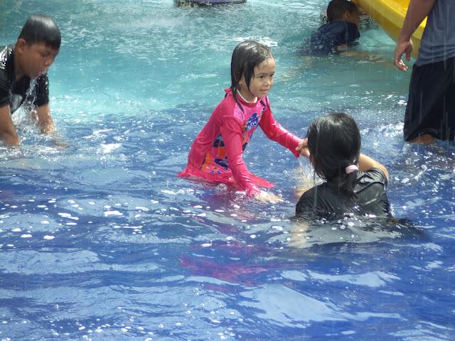 Kolam renang dangkal yang aman dan nyaman untuk anak anda