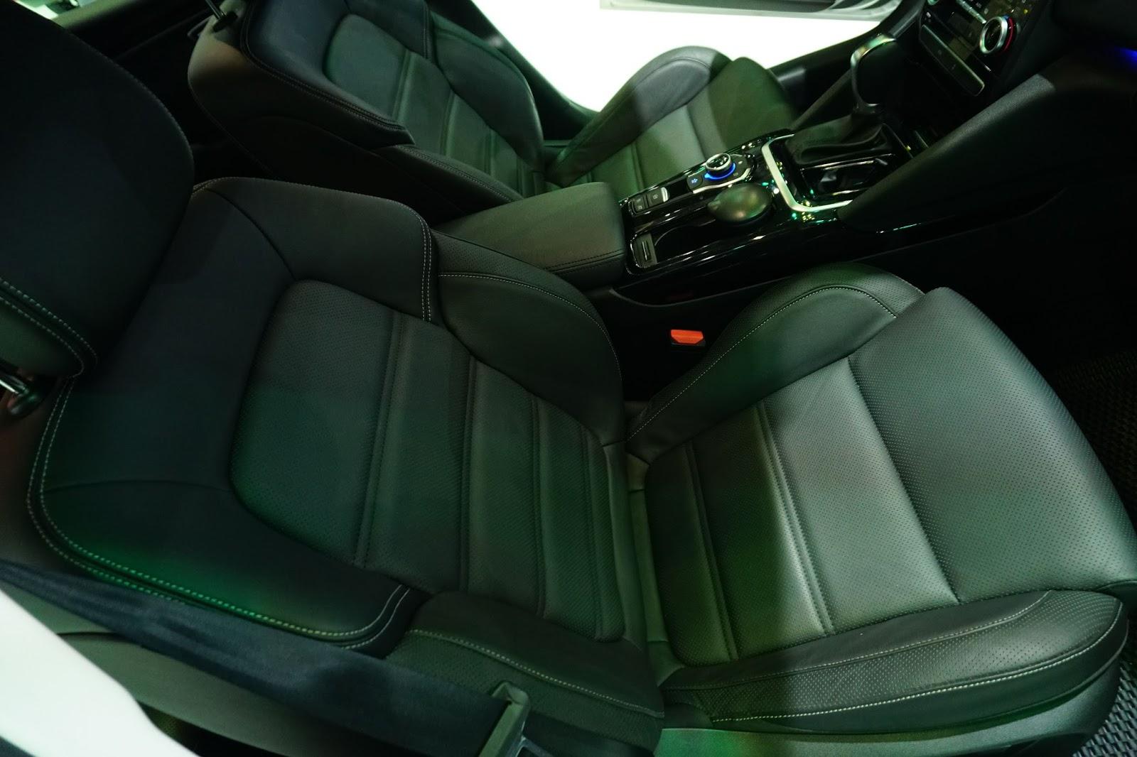 Ghế ngồi cực thoải mái, bọc da sang trọng, êm như những dòng xe cao cấp