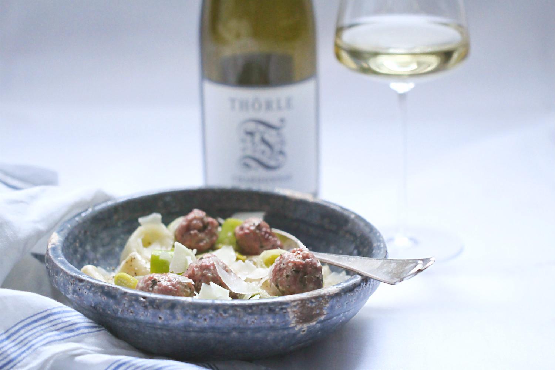Paccheri mit Salsiccia und Lauch in Weißweinsauce und Chardonnay von WG Thörle, Saulheim, Rheinhessen | Arthurs Tochter kocht. von Astrid Paul