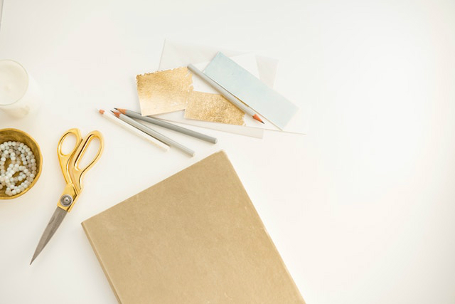 Material de papelería y tijeras doradas