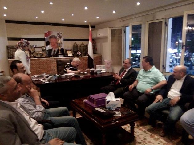 مرتضي منصور يستقبل وفد نقابة الصحفيين في الزمالك