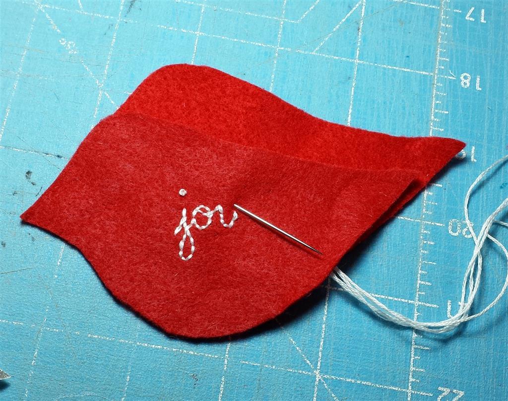 Ornamento bordado do pássaro de feltro, projeto do Natal de DIY para a costura do novato, tutorial e teste padrão livres, refabulous