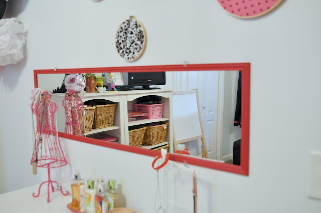 mirror hung horizontally in teen bedroom, teen bedroom decorations