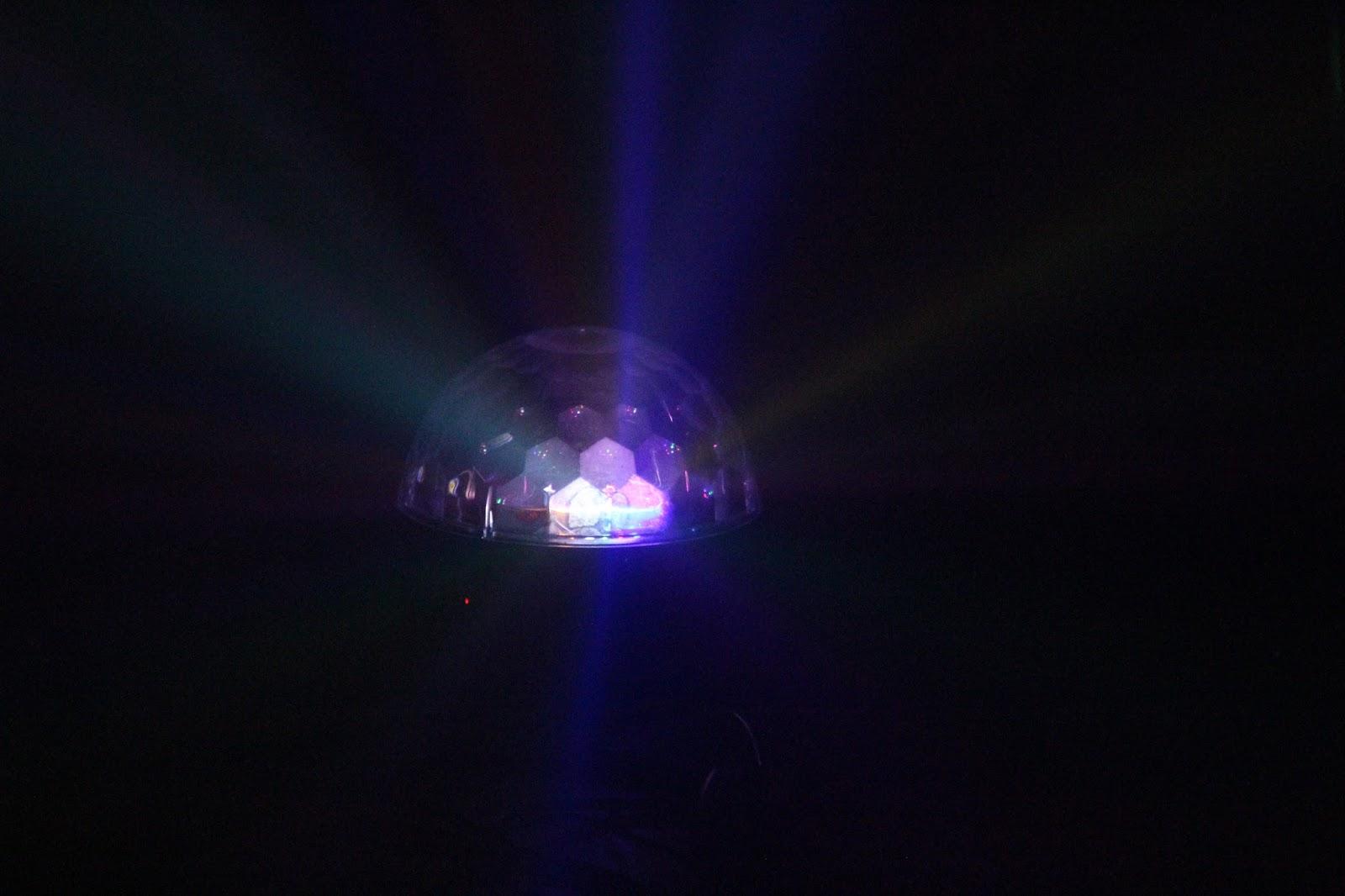 Zu Sehen Gab Es Wenig Coals Standen Im Nebel Auf Der Von Oben Vollkommen Unbeleuchteten Bhne Und Wurden Nur Einer LED Halbkugel So Discokugel