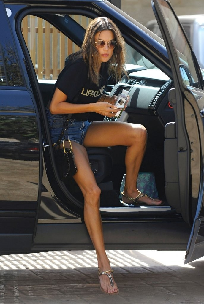Alessandra Ambrosio Show Off Her Legs