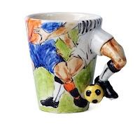 Top oynayan futbolcular esinlenerek tasarlanmış bir içecek kupası