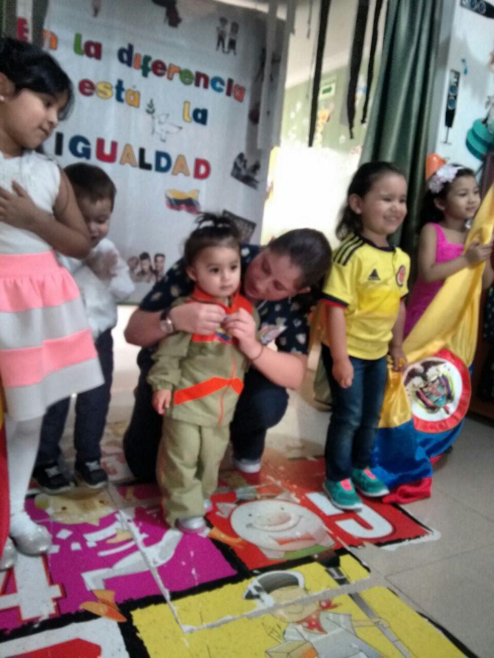 Jardin infantil creciendo feliz izada de bandera d a de for Jardin infantil