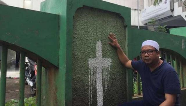 coretan salib di tembok masjid Al Falah