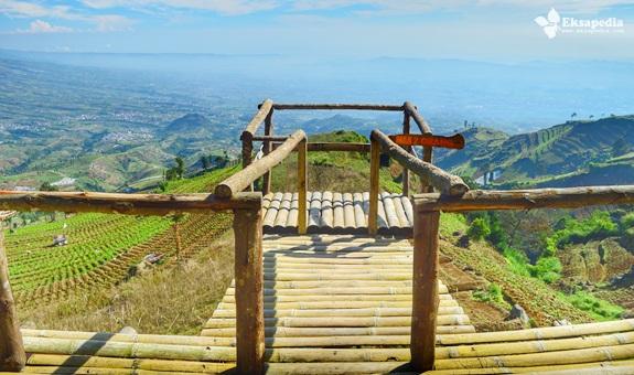 Bangunan Bambu Yang Menghadap Gunung Sumbing