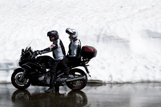 cara boncengan naik motor yang santai