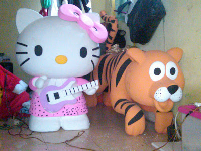 Patung styrofoam Tiger dan karakter hello Kitty, jasa pembuat patung styrofoam