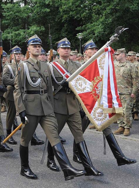 Guarda de honra polonesa na cerimônia inaugural do exercício Anaconda com tropas da NATO