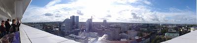 Utsikt fra balkong mot Tallinn sentrum med skyskrapere.