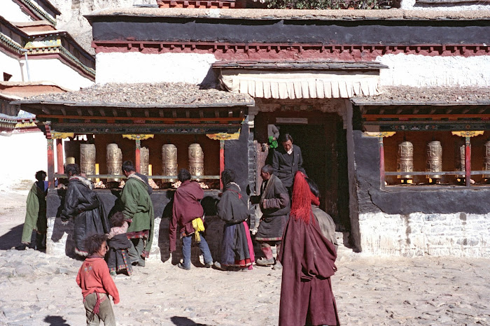Tibet, Gyantse, moulins à prières, © L. Gigout, 1990