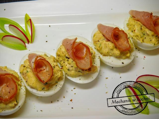 Jajka z farszem musztardowym z pieczarek pieczarkowym z tuńczyka awokado łososia szynki papryki paprykowym pomysł przepis święta Wielkiej Nocy Wielkanocne jajka polędwica łososiowa musztarda majonez